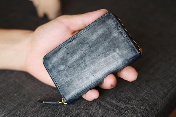 私がココマイスターの1番人気小銭入れブライドル・グランドコインパースを手に持っている画像